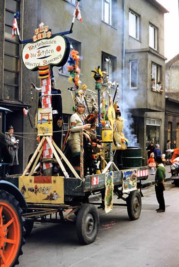 Die Letzten unseres Stammes, Duisburg, Duisburg Rheinhausen, federn, Indianer, karneval, Karnevalszug, Kostüm, Rauch, Rheinhausen, traktor, wagen