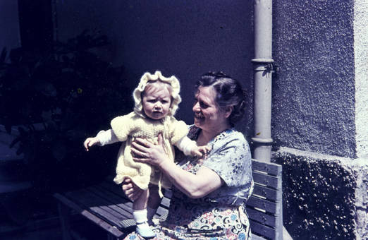 Kleinkind und Großmutter