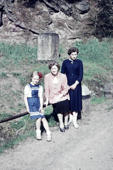 familie, Großmutter, Kindheit, Mutter, spaziergang, wegesrand
