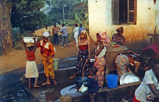 Mädchen am Brunnen