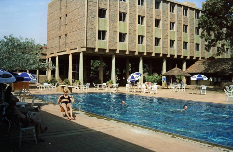 Bikini, Burkina Faso, Hotel, pool, Schwimmen, Sonnenschirm, Stuhl, tisch