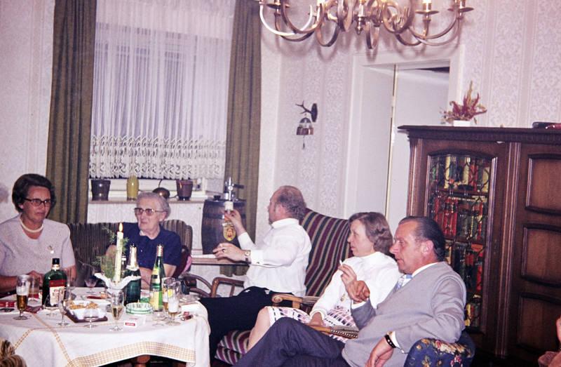 Aschenbecher, Bier, Brille, Buch, Fass, Flasche, germania brauerei, getränk, Glas, Kette, Lord, münster, rauchen, schmuck, sessel, zigarette