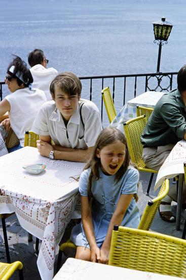 Aschenbecher, Cadenabbia, café, gelb, Geschwister, jugend, Kindheit, mode, San Pietro