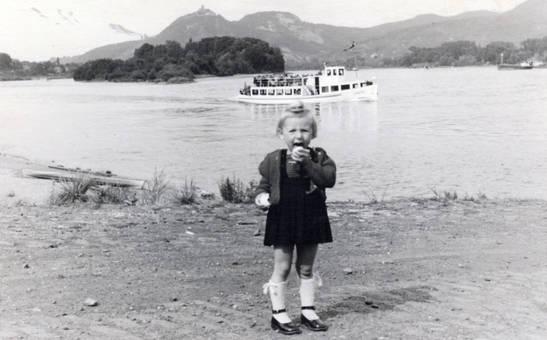 Kind am Rhein 1952