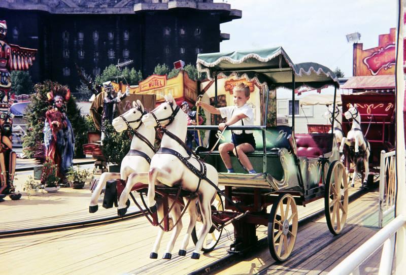 fahren, Figur, Flakturm, freizeit, JAhrmarkt, Kindheit, kirmes, Kutsche, Pferd, rad, Spaß, spielen, statue