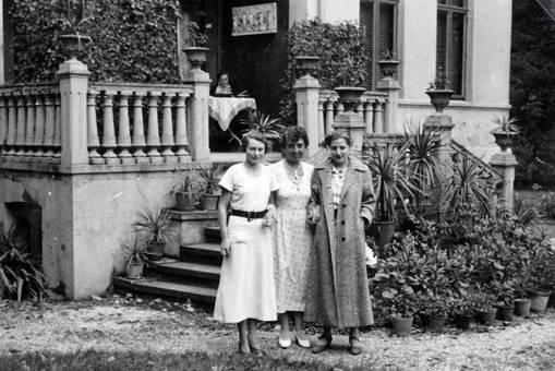 Frauen vor Hauseingang