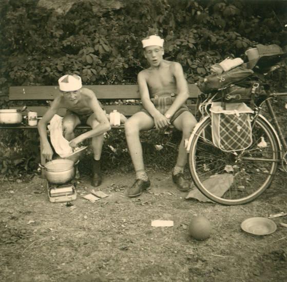 ball, Campingkocher, essen, fahrrad, Fahrradtour, kochtopf, lederhose, mahlzeit, mütze, Packtasche, picknick