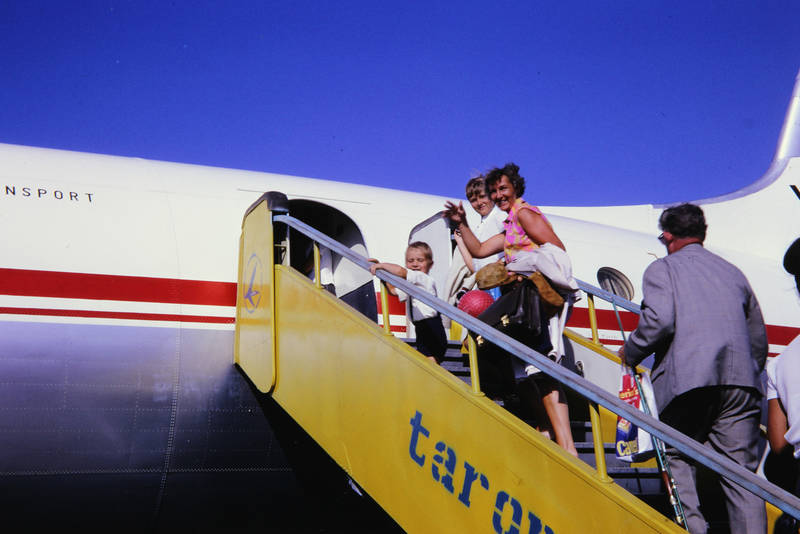 Abflug, Abreise, ball, fliegen, Flughafen, flugzeug, freizeit, Hemd, hosenträger, il-18, kleid, tarom, Tasche, urlaub, Winken, yr-imc