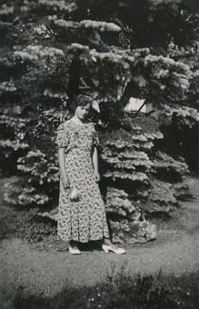 Frau vor Nadelbaum