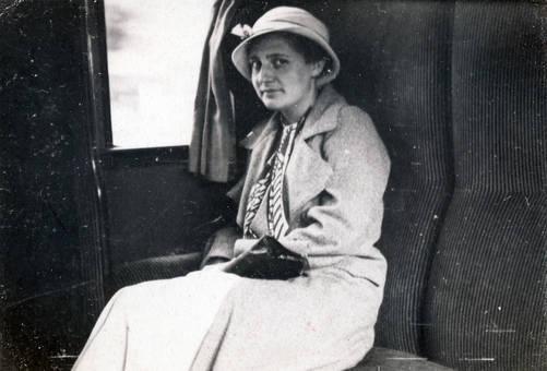 Frau in der Bahn