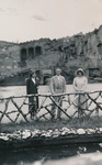 Drei Personen vor Holzzaun