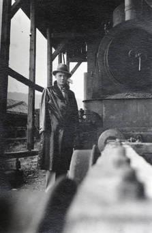 Mann in einem Fabrikgebäude