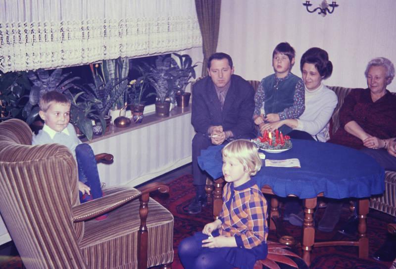 Advent, Adventskranz, feier, feiertag, Kerze, Nikolaustag, rauchen, sessel, sitzen, sofa, Teppich, tisch, Tischdecke, zigarette
