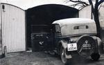Auto vor Garage