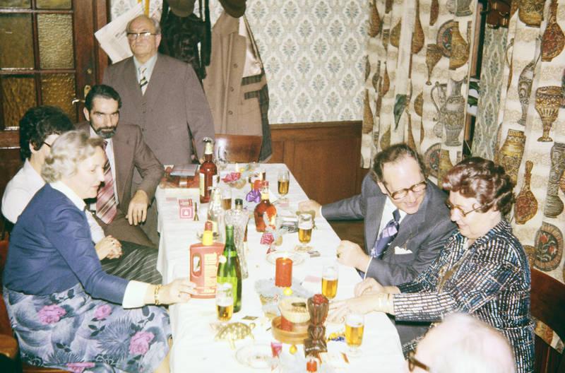 Bier, Brille, einrichtung, essen, familie, Familienfeier, feier, Feiern, Flasche, getränk, Glas, Hochzeit, Hochzeitsfeier, lächeln, lachen, reden, Spaß, tapete, trinken, vorhang