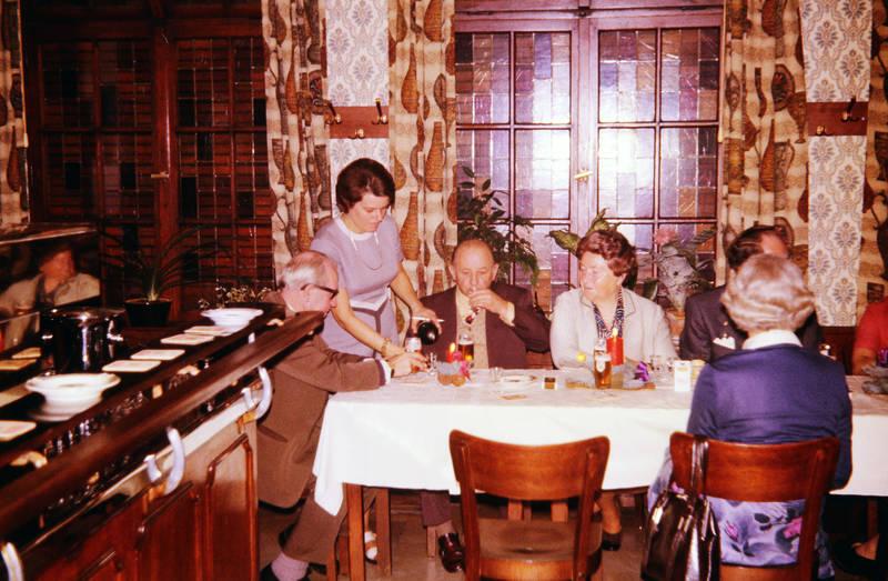 bar, Bier, einrichtung, familie, Familienfeier, feier, Feiern, Gast, getränk, Glas, Hochzeit, Hochzeitsfeier, nachschenken, Spaß, tapete, theke, tisch, trinken, vorhang