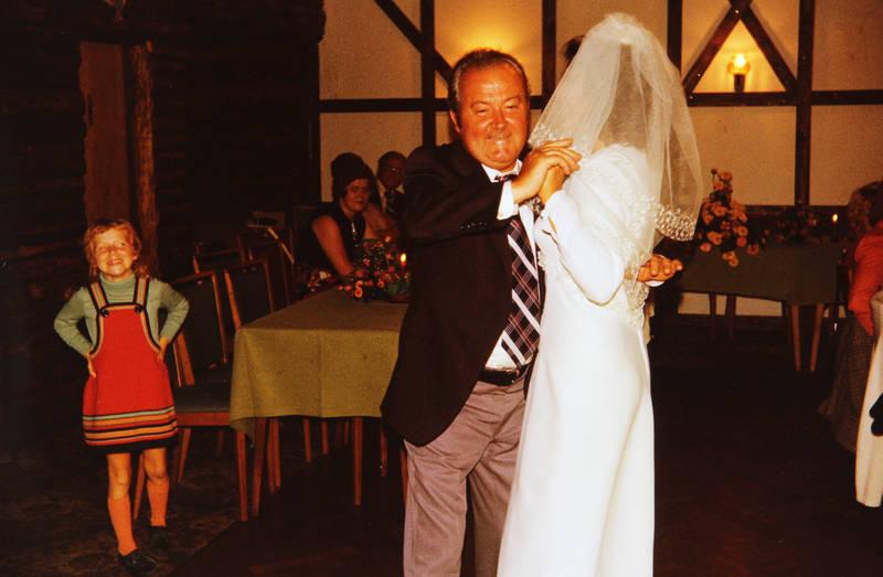 Braut, einrichtung, familie, Familienfeier, feier, Feiern, Gast, Hochzeit, Hochzeitsfeier, hochzeitskleid, kleid, lächeln, mode, rollkragen, rollkragenpullover, schleier, Spaß, tanz, tanzen, Tanzfläche, tisch