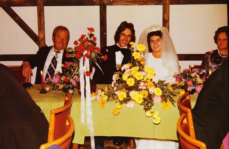 anzug, Blume, Blumenstrauß, Braut, brautkleid, Brautpaar, ehepaar, einrichtung, familie, Familienfeier, feier, Feiern, Fliege, frisur, Gast, glück, Heiraten, Hochzeit, Hochzeitsfeier, hochzeitskleid, Hochzeitspaar, kleid, lächeln, lachen, schleier, Spaß, tisch