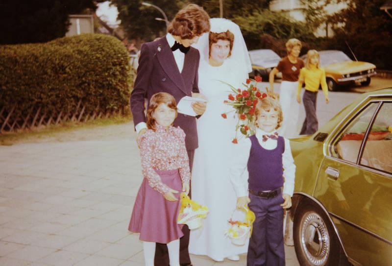 anzug, auto, Blume, Blumenkind, Blumenstrauß, Brautpaar, elegant, familie, Familienfeier, feier, Feiern, Fliege, frisur, Gast, glück, Heiraten, Hochzeit, Hochzeitsfeier, hochzeitskleid, hochzeitskleidung, Hochzeitspaar, KFZ, korb, lächeln, lachen, manta-a, mode, PKW, pullunder, rekord-d, schick, schleier, Spaß, vinyldach, westover
