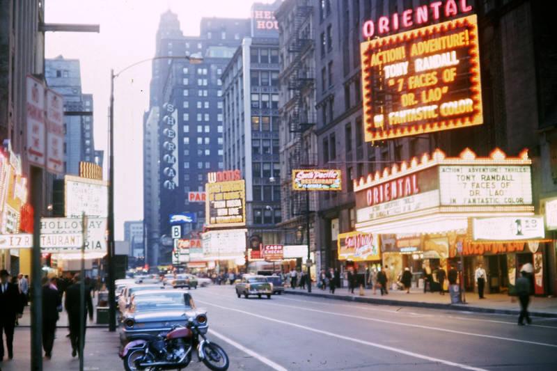 auto, Chicago, KFZ, Kino, Leuchtreklame, Motorrad, Oriental Theater, Passant, PKW, Randolph Street, usa