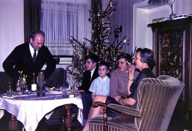 baum, christbaum, familie, Familienfeier, feier, feiertag, festtag, geschmückt, rauchen, Spaß, Tanne, tisch, weihnacht, Weihnachten, Weihnachtsbaum, Weihnachtsfeier, zigarette