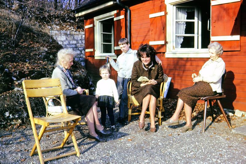 Appelsberg, familie, Kindheit, mode, Pommelsbrunn, rote Holzverkleidung, Stuhl