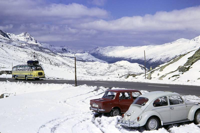 auto, Berge, bus, Flüelapass, KFZ, panoramabus, PKW, Reisebus, schnee, Schweiz, simca-1000, urlaub, Urlaubsreise, volkswagen, VW Käfer, winter