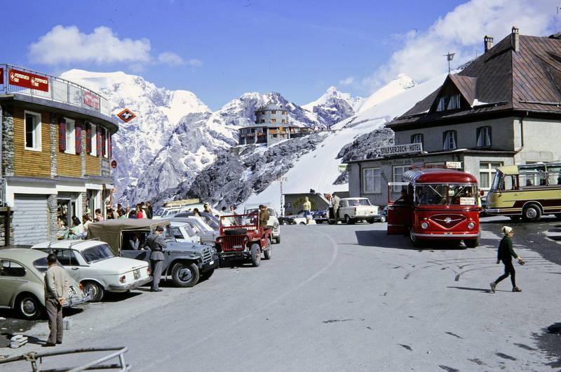 auto, Berge, Bergstation, bus, geschäft, Hotel, KFZ, panoramabus, PKW, Reisebus, schnee, stilfser joch, stilfserjoch-hotel, urlaub, VW-Käfer