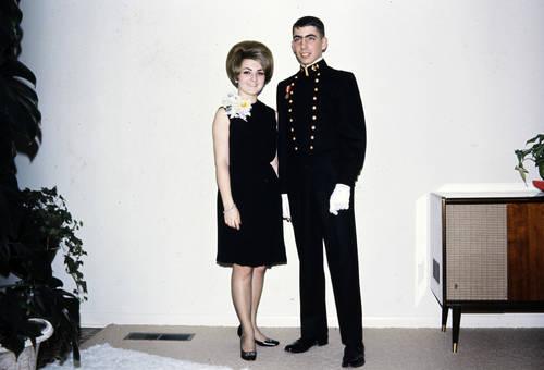 In Kleid und Uniform