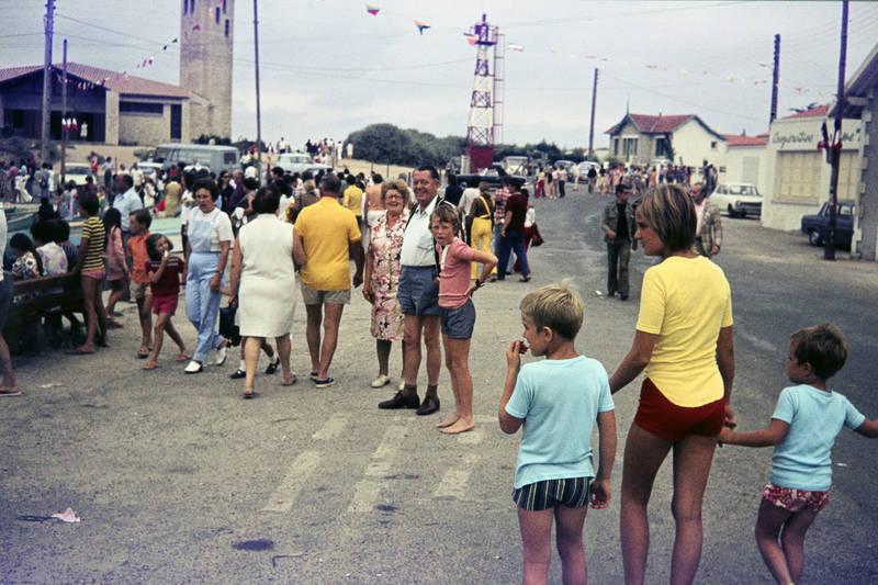 badehose, badehosen, Barfuß, ferien, Hafen, hafenstraße, Kindheit, kirche, La Cotinière, Menschenmenge, straße, urlaub