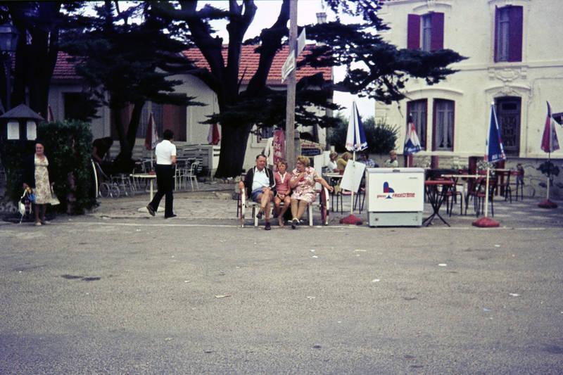 Bank, Frankreich, Kindheit, Parkbank, restaurant, Sonnenschirm, Terrasse, urlaub, Urlaubsreise