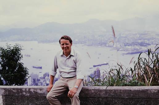 Mann auf Mauer in Hongkong