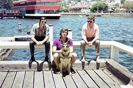 Drei Männer mit Hund