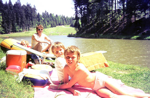 Familie am Fluss