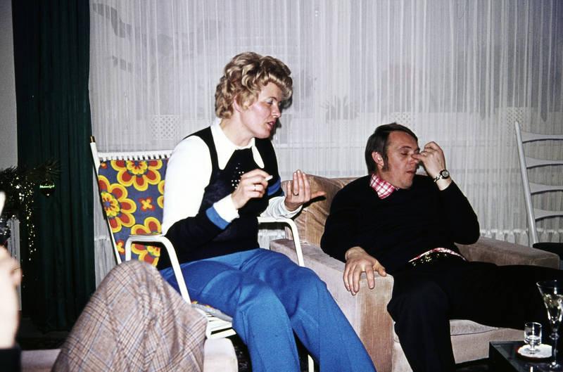 Dialog, feier, frisur, Stuhl, uhr, vorhang, zigarette