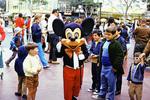 Mickey Maus zwischen Kindern