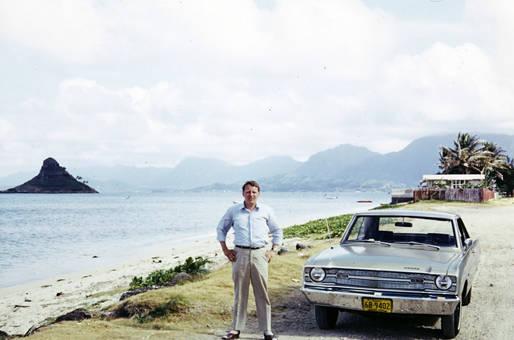 Mann neben Auto in Mumbai