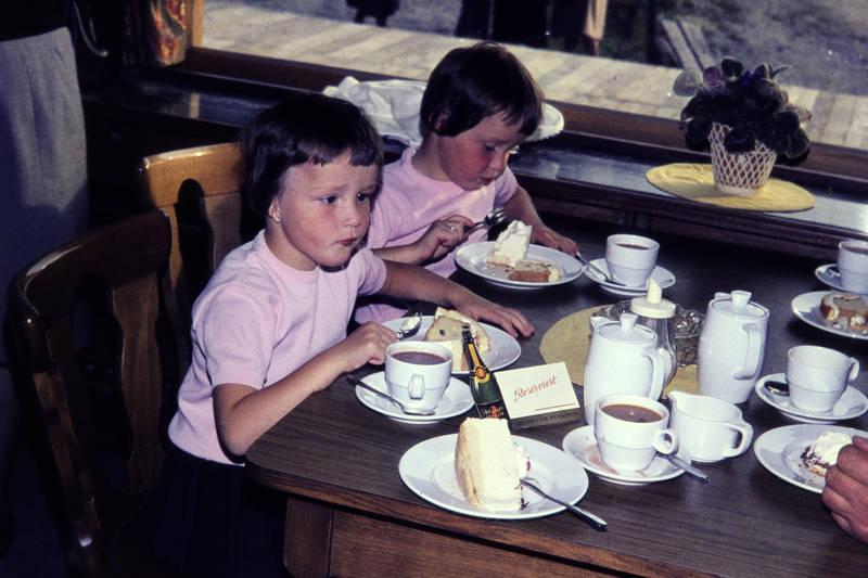 Besteck, der sekt für weinkenner, essen, familie, freizeit, gabel, getränk, kaffee, Kaffeetasse, Kaffekanne, Kindheit, kuchen, Löffel, reserviert, Spaß, tasse, teller, trinken