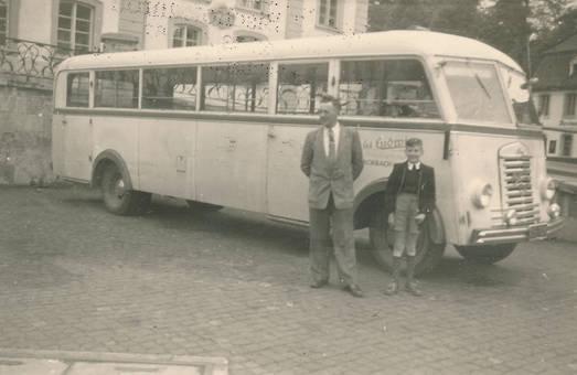 Vor dem Bus