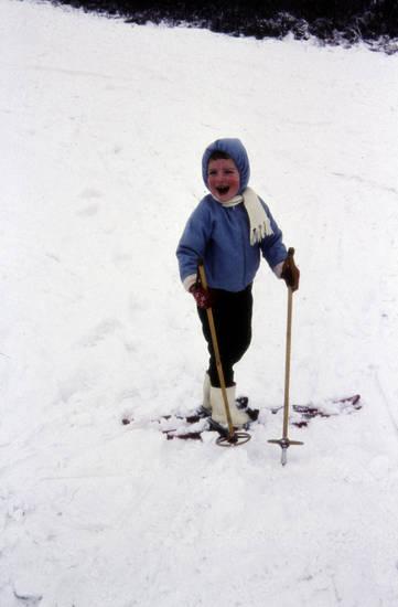 freizeit, Freude, glücklich, Kindheit, lachen, schal, schnee, Ski, skier, Skifahren, Skistock, Spaß, spielen, stiefel, winter, winterjacke, Winterklamotten, Winterkleidung