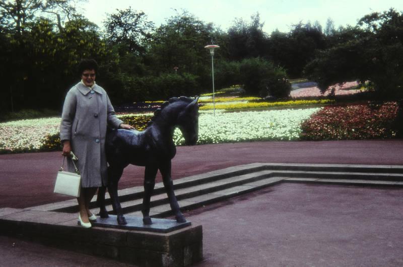 Blume, Brille, BuGa, Bundesgartenschau, Bundesgartenschau 1961, Figur, Killesberg, mantel, mode, Pferdestatue, statue, stuttgart, Tasche