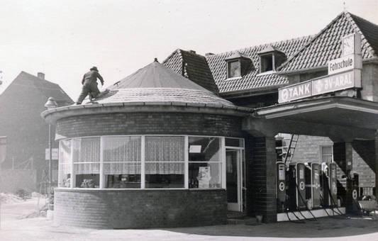 Dachdecker auf Tankstelle