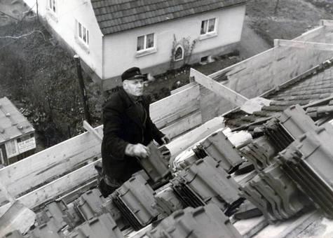 Mann deckt Dach