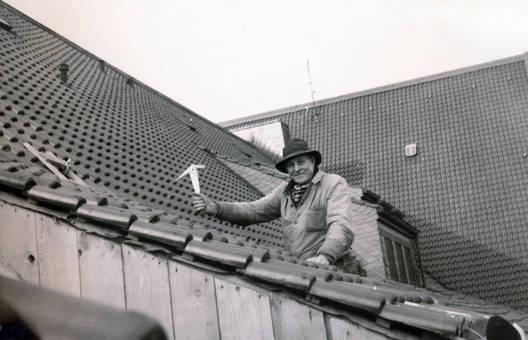 Dachdecker mit Schieferhammer