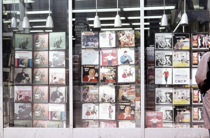Album, albumcover, arthur tracy, bummeln, cannonball adderley, cd, cds, Dekoration, for prompt service, geschäft, Künstler, laden, louie's love songs, musik, musikgeschäft, musikladen, nat adderley, patachou, satchmo plays king oliver, schaufenster, schaufensterdekoration, the fabulous wailers