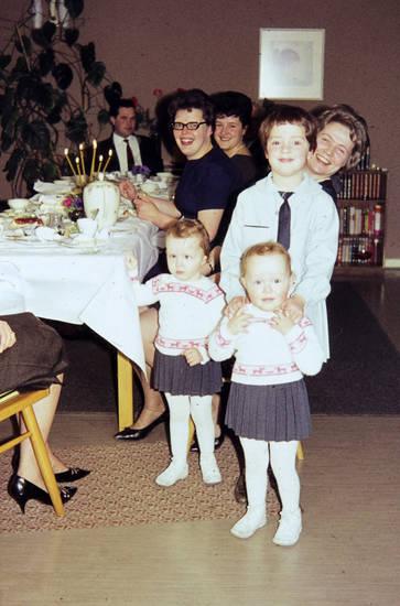 Brille, essen, familie, Familienfeier, frisur, Geschwister, glücklich, Haar, haare, Kerze, Kindheit, Krawatte, kuchen, lächeln, lachen, mode, partneroutfit, rock, Spaß, Taufe, Tauffeier, tisch, Zwilling, Zwillinge, zwillingskind