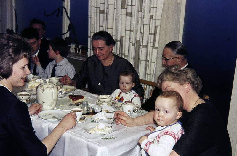 Besteck, Brille, essen, familie, Familienfeier, feier, frisur, Geschirr, Kindheit, kuchen, tasse, Taufe, Tauffeier, teller, tisch, Zwilling, Zwillinge, zwillingskind