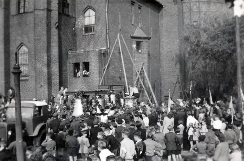 Dorfkirche, Dreifaltigkeitssonntag, glocke, kirche, kirchenglocke, Menschenmenge