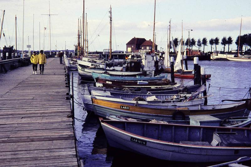 anlegen, Anlegesteg, Anlegestelle, boot, dock, Gummistiefel, Hafen, holzboot, Holzsteg, lab 103 n, lab 19, lab 32, lab 41, lab 5, Laboe, Regenjacke, Segelboot, Steg