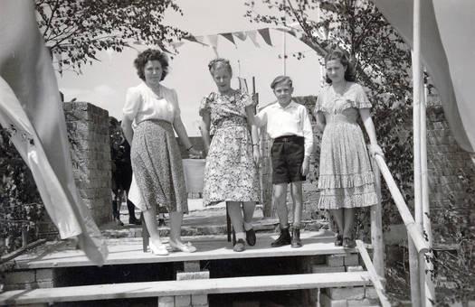 Vier Personen auf der Treppe